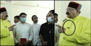 minister Satpal Maharaj scold doctors with collar mic